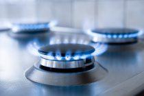 Fogones de gas natural encendidos