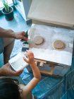 Padre e hijo fabricando una cocina de juguete con fogones de gas natural