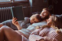 Familia leyendo un cuento disfrutando del confort del gas natural