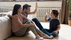 Padres y niños seguros en casa con gas natural