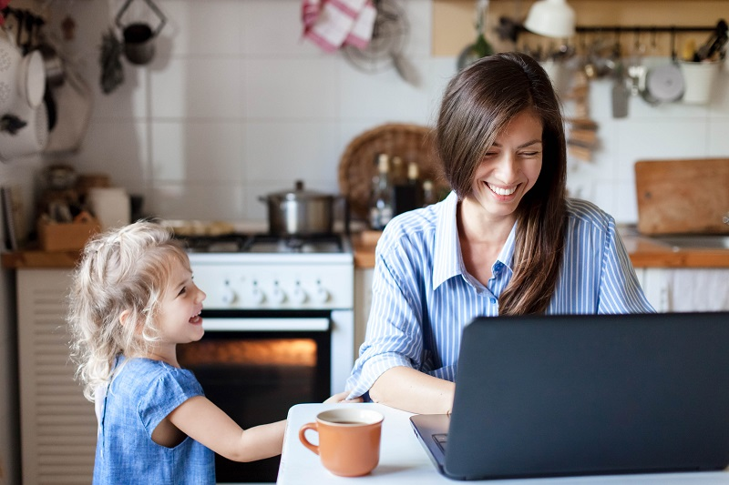 Madre e hija en la cocina de gas natural