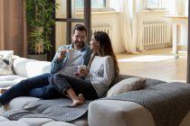 pareja tomando café con el confort del gas natural