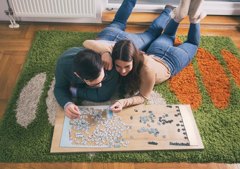 Pareja montando puzzle - Confort hogas gas natural_1000-min